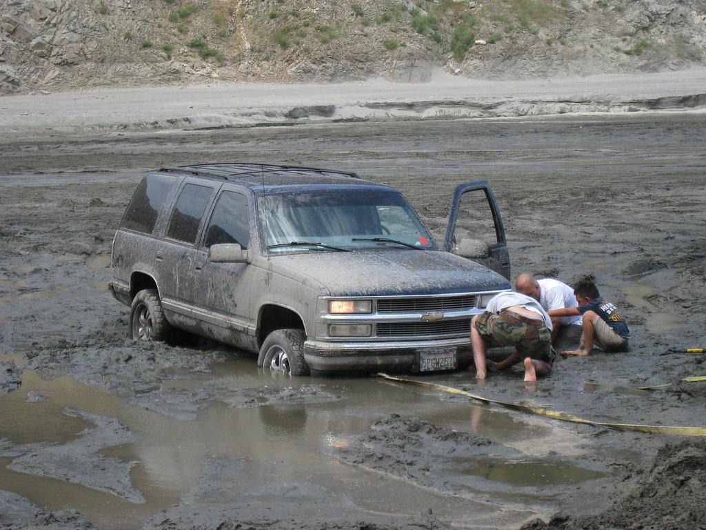4 būdai ištraukti automobilį iš dumblo